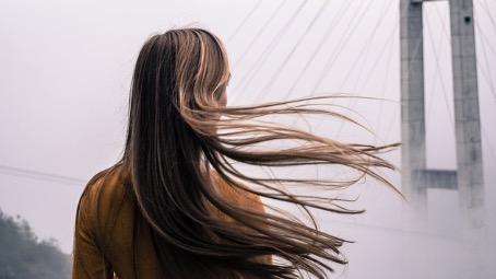 Dajte zbohom suchým vlasom v letnom období – vyskúšajte brazílsky keratín!